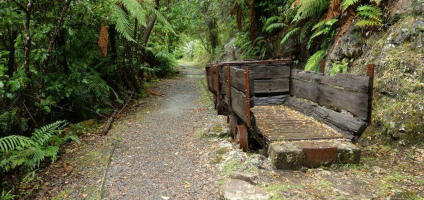 Alte Eisenbahnüberreste am Charming Creek Walkway