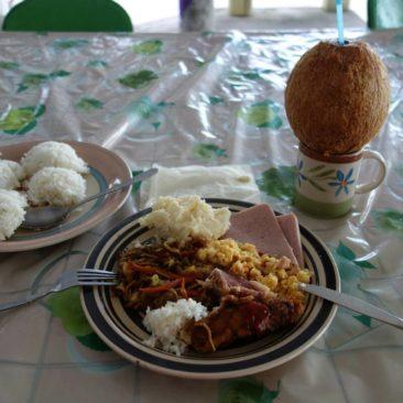 Leckeres Resteessen inklusive schmackhafter Kokosnuss