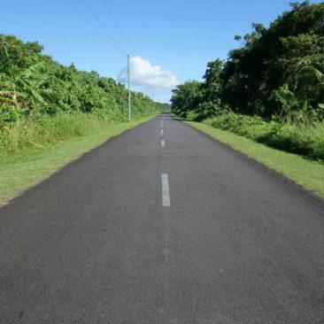 Die Ringstraße auf Savai'i - gut in Schuss und mit perfekt gepflegtem Seitenstreifen