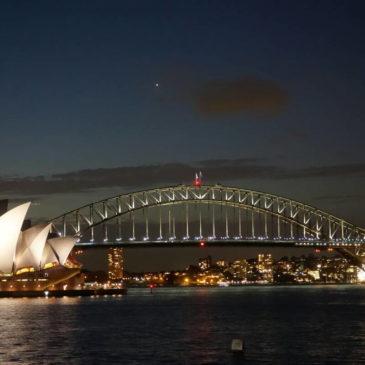 Sydneys Oper und Harbour Bridge bei Nacht