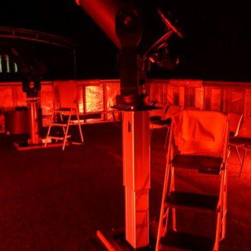 Eines der Teleskope des Cosmos Centre (aufgenommen ohne Blitz und daher so rot)