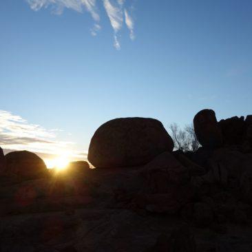 Die Sonne kriecht bei den Karlu Karlu über den Horizont