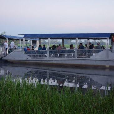 Alles einsteigen zur morgendlichen Bootsfahrt auf dem Yellow Water Billabong