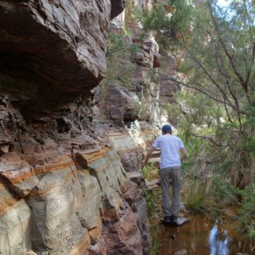 Michael muss eng am Fels lang in der Dales Gorge