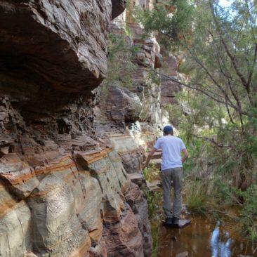 Michael muss eng am Fels lang in der Dales Gorge