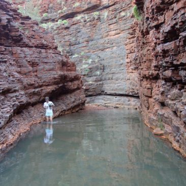 Durch das Wasser in der Hancock Gorge