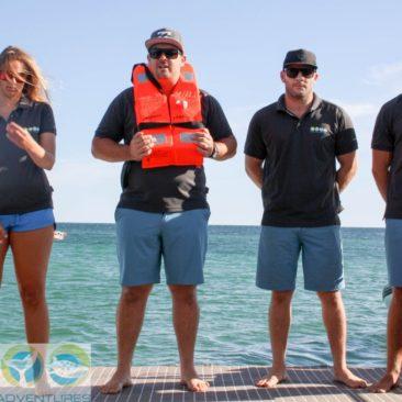 Die Crew erklärt Boot und Sicherheitsmaßnahmen