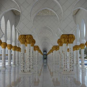 Symmetrischer Säulengang in einem Seitenflügel der Scheich-Zayid-Moschee