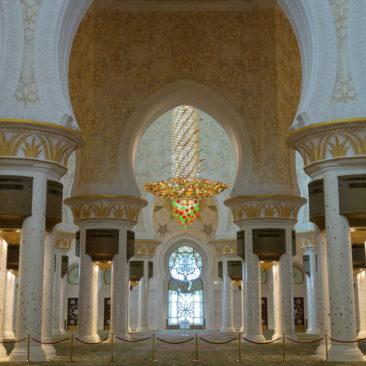 Im Inneren der Moschee hängen gewaltige Kronleuchter