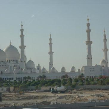 Die Scheich-Zayid-Moschee ist auch aus einiger Entfernung ein beeindruckendes Bauwerk