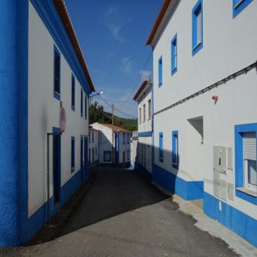 Blau-weißen Häusern begegnet man hier oft