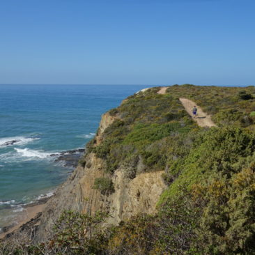 Der Weg verläuft häufig eng an den Klippen entlang.