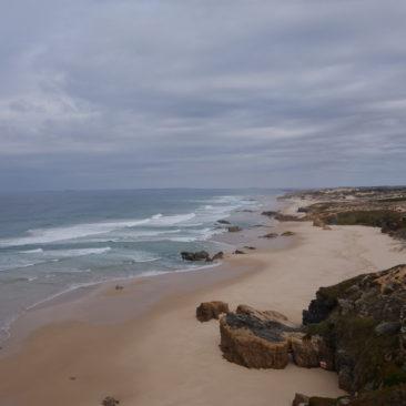 Weiter Blick entlang von Strand und Küste.