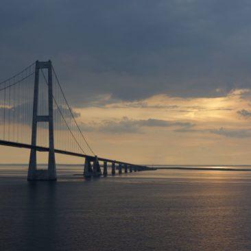 Die Brücke über den großen Belt im abendlichen Dämmerlicht