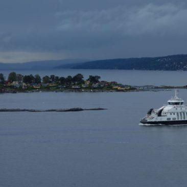 Fähre und Häuser im Oslofjord