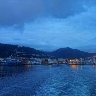 Abendliches Ablegen aus Bergen
