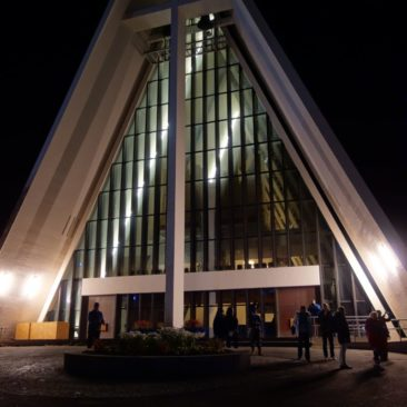 Die Eismeerkathedrale in Tromsø bei Nacht