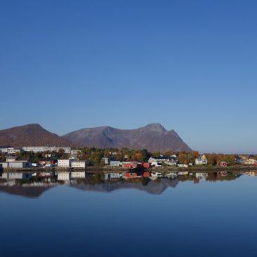 Spiegelglatte See, strahlend blauer Himmel