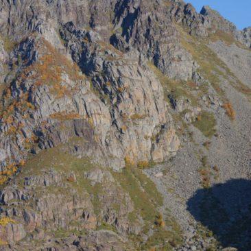Wenn man die Paddler auf dem Bild sieht, wird einem die beeindruckende Dimension der Bergwelt der Lofoten klar