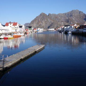 Der kleine Binnenhafen von Henningsvær