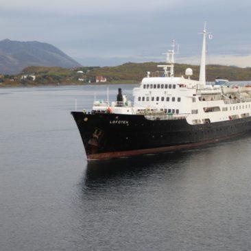 Begegnung mit der MS Lofoten, dem ältesten Schiff der Hurtigruten