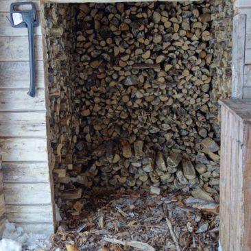 Beste Infrastruktur - Holzvorrat einer Hütte